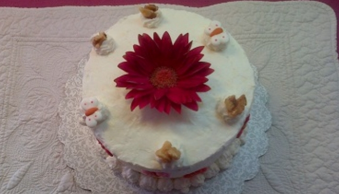 Layer cake con nueces y canela con buttercream de queso